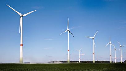 I den nye boken – «Energi, teknologi og klima» – gjør 14 av landets fremste eksperter på energi og klima et forsøk på å få debatten inn i et faktabasert spor. -Hvis man ønsker å få på plass en bedre energipolitikk i kongeriket, er ikke kunsten å komme opp med enda flere løsningsalternativ, men derimot gode løsninger som er i stand til å samle et demokratisk flertall, skriver en av dem, professor Jørgen Randers, i boken. FOTO: Signe Dons